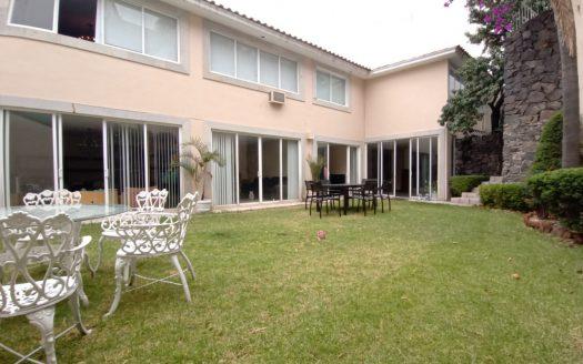 Residencia con jardín, en venta y renta Fraccionamiento Colinas del Bosque, Alcaldía Tlalpan.